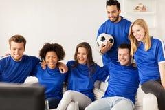 Друзья или футбольные болельщики наблюдая футбол дома Стоковое Изображение