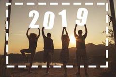 Друзья и сезон 2019 потехи лета стоковая фотография