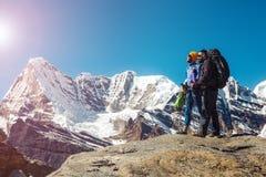 Друзья идя в горы наслаждаясь взглядом Стоковая Фотография