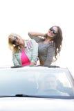 Друзья идя на праздники в автомобиле Стоковая Фотография RF