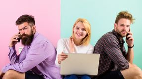 Друзья компании счастливые с передвижной компьтер-книжкой устройств Люди и женщина имеют доступ к интернету от везде самомоднейше стоковые фото