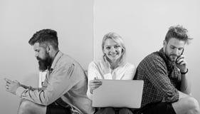 Друзья компании счастливые с передвижной компьтер-книжкой устройств Люди и женщина имеют доступ к сети от везде самомоднейше стоковая фотография rf