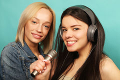 Друзья маленьких девочек с микрофоном Стоковое Изображение