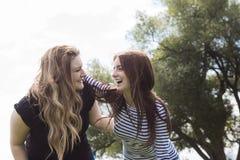 Друзья маленькой девочки совместно на прогулке Стоковое Фото