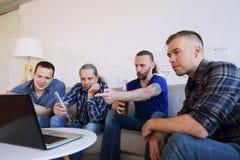 Друзья наблюдая освобождающ футбольный матч Стоковое Изображение