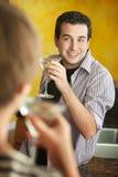 Друзья наслаждаются Martinis Стоковые Изображения