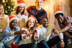 Друзья наслаждаясь пить рождества в баре стоковое изображение rf