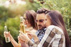 Друзья наслаждаются в парке Стоковое Изображение RF