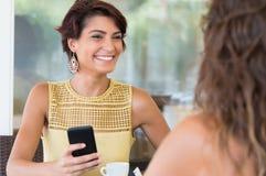 Друзья наслаждаясь в кафе Стоковое Изображение