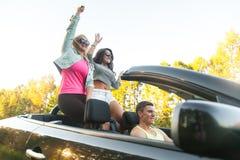 Друзья наслаждаясь отключением автомобиля Стоковые Фотографии RF