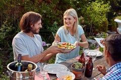 Друзья наслаждаясь приём гостей в саду Стоковое Изображение RF
