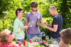 Друзья наслаждаясь приём гостей в саду Стоковые Фотографии RF