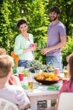 Друзья наслаждаясь приём гостей в саду Стоковое фото RF