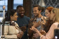 Друзья на баре Стоковые Фото