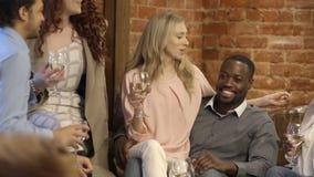 Друзья на баре сток-видео