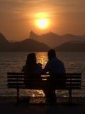 Друзья на заходе солнца в Рио Де Жанеиро Стоковые Фотографии RF