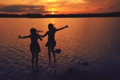 Друзья на заходе солнца Стоковые Изображения