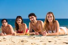 Друзья на каникуле пляжа в лете Стоковое Изображение RF