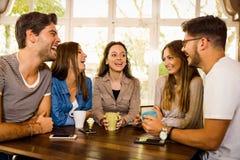 Друзья на кафе стоковое фото rf