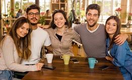 Друзья на кафе стоковые изображения rf