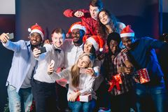 Друзья на клубе делая selfie и имея потеху Новый Год принципиальной схемы рождества стоковое фото