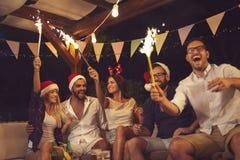 Друзья на на открытом воздухе партии Новогодней ночи стоковые фото
