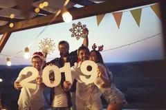 Друзья на партии открытого бассейна Новогодней ночи стоковые фото
