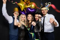 Друзья на партии рождества или Нового Года Стоковые Изображения RF
