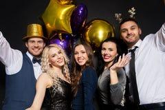 Друзья на партии рождества или Нового Года стоковые фотографии rf