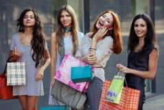 Друзья на покупке Стоковое фото RF
