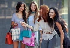 Друзья на покупке Стоковые Фото