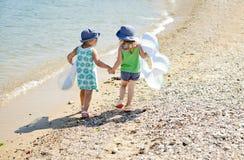 Друзья на пляже лета Стоковое Изображение RF