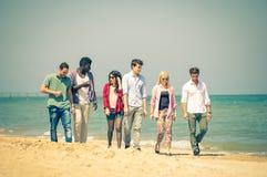 Друзья на пляже стоковое изображение