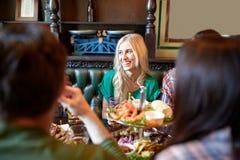 Друзья обедая и выпивая пиво на ресторане Стоковые Изображения RF