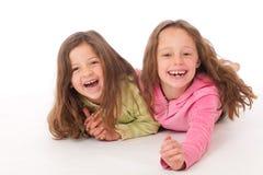 друзья обнимая смеясь над лежать Стоковое фото RF