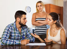 Друзья обсуждая проблемы с банком Стоковая Фотография