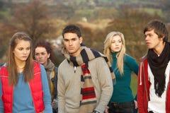 друзья окружили подростковое Стоковая Фотография