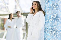Друзья ослабляя в курорте рядом с бассейном Стоковые Фото