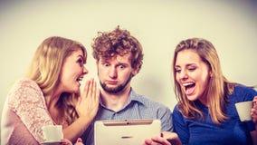 Друзья ослабляя интернет просматривать на таблетке Стоковое фото RF