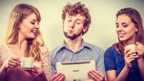 Друзья ослабляя интернет просматривать на таблетке Стоковая Фотография