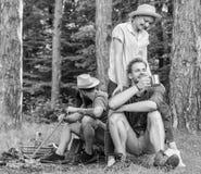 Друзья ослабляя около лагерного костера после предпосылки природы дня Друзья компании наслаждаются ослабить совместно лес стоковая фотография rf