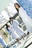Друзья ослабляя в курорте рядом с бассейном Стоковые Изображения