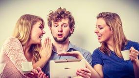 Друзья ослабляя интернет просматривать на таблетке Стоковое Изображение