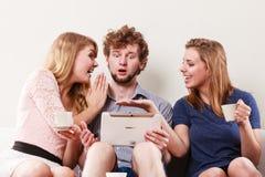 Друзья ослабляя интернет просматривать на таблетке Стоковая Фотография RF