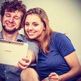 Друзья ослабляя интернет просматривать на таблетке Стоковое Изображение RF