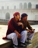 Друзья отдыхая пока путешествующ янтарный форт стоковое изображение