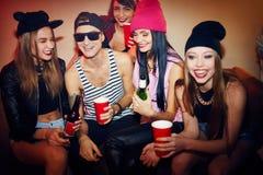 Друзья охлаждая на партии клуба стоковое фото rf