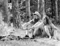 Друзья пар подготавливают зажаренную в духовке предпосылку природы закуски сосисок Еда пикника похода традиционная зажаренная в д стоковое фото