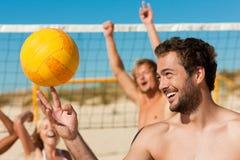 друзья пляжа играя волейбол стоковое изображение rf