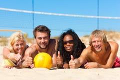 друзья пляжа играя волейбол Стоковое Фото